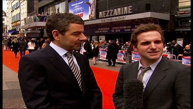 premiere of 'mr bean's holiday' atkinson along red carpet rowan atkinson interview sot on arrival of 'mr bean' at premiere / he's quite an egotist - ローワン アトキンソン点の映像素材/bロール
