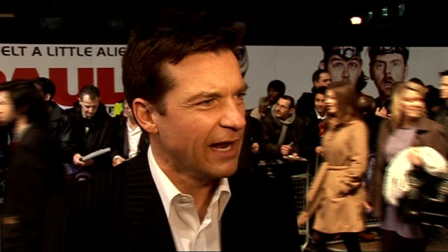 vídeos de stock, filmes e b-roll de film premiere of 'paul' arrivals and interviews jason baterman interview sot on respecting the rest of the cast on leicester sq exciting better than... - kristen wiig