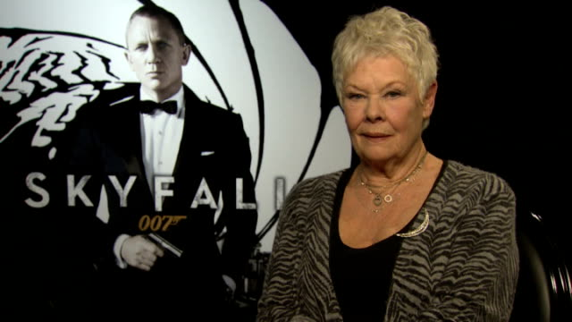 "vídeos de stock, filmes e b-roll de preview of new james bond film ""skyfall""; dame judi dench interview sot - série de filmes do james bond"