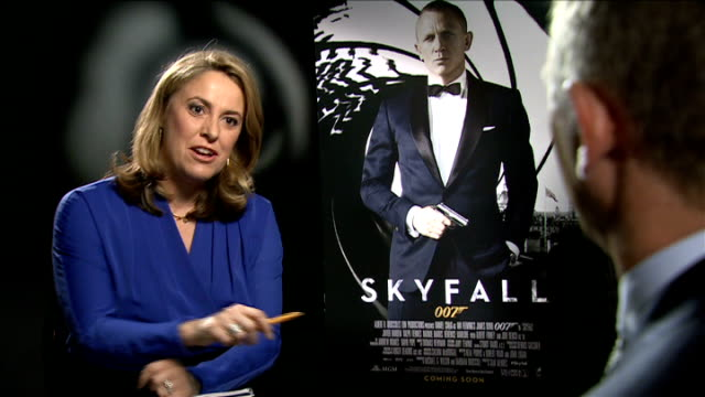 vídeos de stock, filmes e b-roll de preview of new james bond film skyfall daniel craig interview sot re olympic stunt with queen it was surreal very funny very quick in space of about... - james bond trabalho conhecido