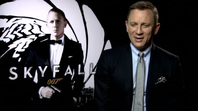 "vídeos de stock, filmes e b-roll de preview of new james bond film ""skyfall""; england: london: int daniel craig interview sot - série de filmes do james bond"