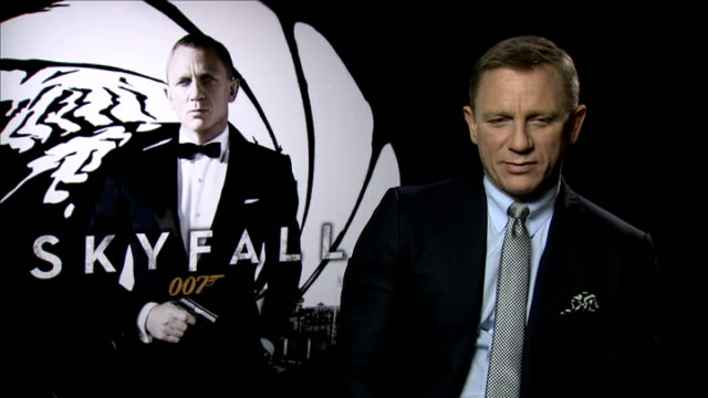"vídeos de stock, filmes e b-roll de preview of new james bond film ""skyfall""; london: int daniel craig interview sot - explains plot of film - série de filmes do james bond"