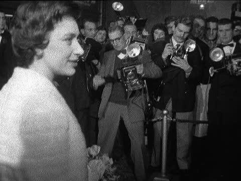 vídeos de stock, filmes e b-roll de princess margaret attends 'farewell to arms' premiere; england: london: haymarket: carlton: ext / night gv ext carlton cinema with 'a farewell to... - estreia