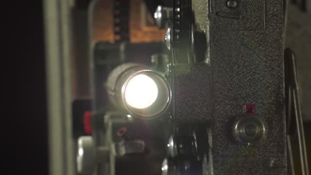 obiettivo ravvicinato del proiettore cinematografico - proiettore cinematografico video stock e b–roll