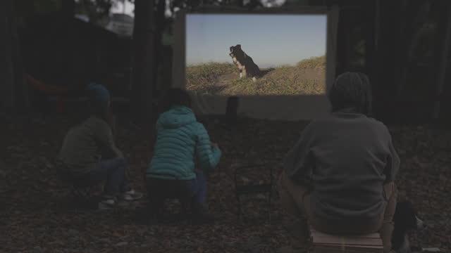 vidéos et rushes de film screenings for senior people outdoors - ambiance événement