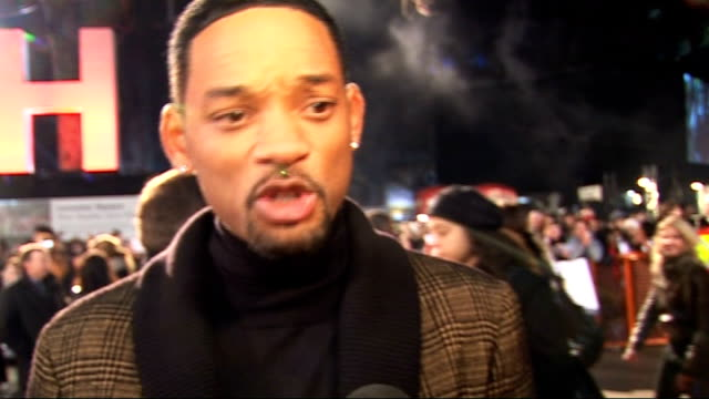 film 'seven pounds' premiere: arrivals and interviews; will smith interview sot - on fans coming out in the cold/ responsibility to shake hands and... - 俳優 ウィル・スミス点の映像素材/bロール