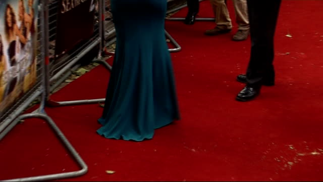stockvideo's en b-roll-footage met 'sex and the city 2' london premiere celebrity arrivals and interviews sarah jessica parker arriving along on red carpet waving to screaming fans... - sarah jessica parker