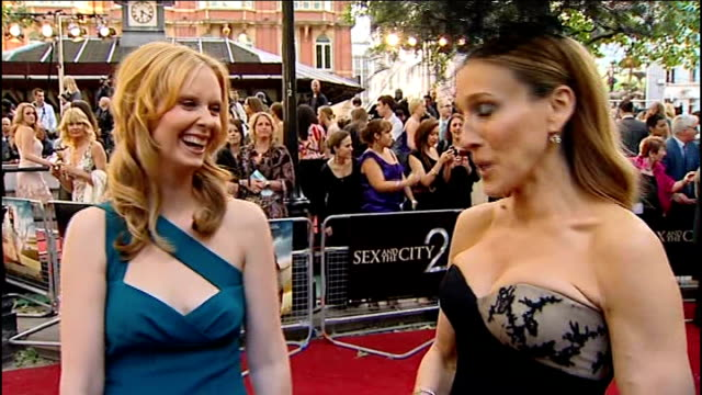 'sex and the city 2' london premiere live england london leicester square ext sarah jessica parker and cynthia nixon red carpet interview sot - sarah parker stock videos & royalty-free footage