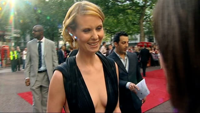 sex and the city the movie world premiere in london kim catrall briefly chatting to cynthia nixon / cynthia nixon interview sot great to be in london... - cynthia nixon stock videos and b-roll footage