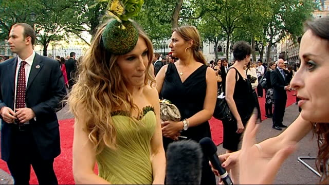 vídeos de stock, filmes e b-roll de sex and the city the movie world premiere in london kim catrall signing autograph / sarah jessica parker interview sot on her outfit / on the... - sarah jessica parker