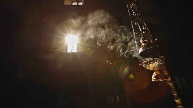ろうそくを燃やす正教会の映画ショット - 礼拝堂点の映像素材/bロール