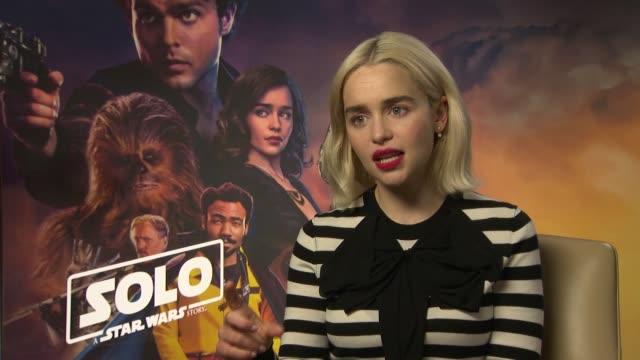 vídeos de stock, filmes e b-roll de star wars story': junket interviews; england: london: int emilia clarke interview sot - série de filmes star wars