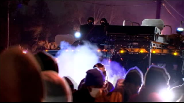 vidéos et rushes de spike lee on 'da sweet blood of jesus' t25111424 / tx missouri ferguson hand in air next to us flag explosion in front of police armoured vehicle... - véhicule militaire terrestre