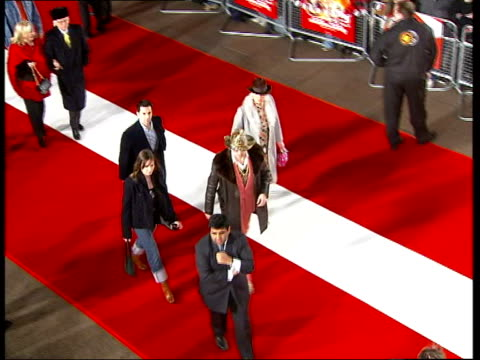 film 'starsky and hutch' premiere; itn england: london: leicester square: int tms sign advertising film 'starsky and hutch' tilt up woman holding... - autogramm stock-videos und b-roll-filmmaterial