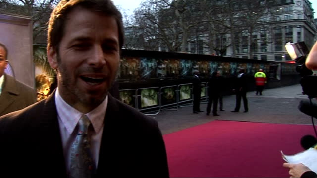 vidéos et rushes de 'sucker punch' uk premiere in london stars interviewed zack snyder interview sot on lifting weights didn't demand it but felt it would be awesome /... - guerrier