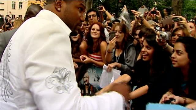 vídeos de stock, filmes e b-roll de 'the a team' london premiere leicester square ext quinton jackson / quinton 'rampage' jackson singing autographs on red carpet and interview sot - autografando