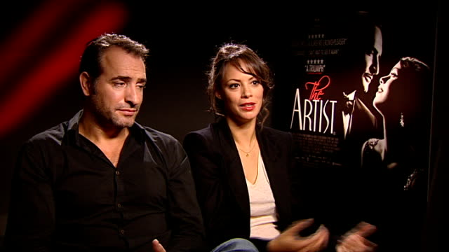 vídeos de stock, filmes e b-roll de film 'the artist' interviews; england: london: int jean dujardin and berenice bejo interview sot - [dujardin] on difficulties of financing a black... - jean dujardin