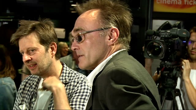 the battle of the sexes; england: london: int judith tegart dalton chatting to reporter / stacey allaster / danny boyle / billie jean king general... - ビリー・ジーン・キング点の映像素材/bロール