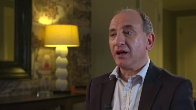 stockvideo's en b-roll-footage met 'the death of stalin': armando iannucci interview; armando iannucci interview sot - re satire and trump cutaways reporter - satire