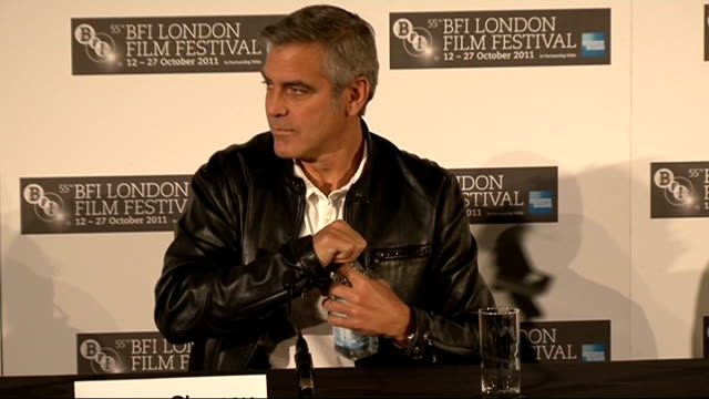 vídeos de stock, filmes e b-roll de 'the descendants' george clooney press conference england london photography ** introductions sot / alexander payne onto stage / shailene woodley... - alexander payne