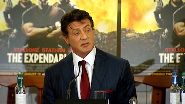 vídeos de stock, filmes e b-roll de 'the expendables' press conference statham press conference sot talks of what it's like to work with stallone / you get to know the real man stallone... - sylvester stallone