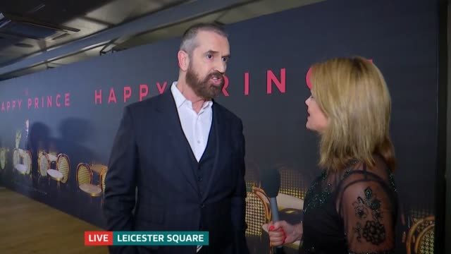 stockvideo's en b-roll-footage met the happy prince london premiere / rupert everett interview england london leicester square int rupert everett interview at the happy prince premiere... - rupert everett