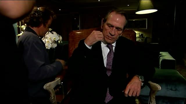 stockvideo's en b-roll-footage met tommy lee jones interview; england: london; int 7.11.2014 tommy lee jones having microphone fitted sot / tommy lee jones interview sot - on... - manifest destiny