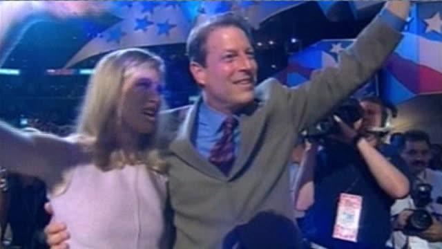 vídeos y material grabado en eventos de stock de tommy lee jones interview; lib / tx usa: california: los angeles: al gore and karenna gore schiff waving on stage at democratic convention video... - gore