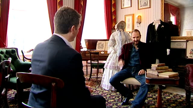 vidéos et rushes de the invisible woman; england: london: charles dickens museum: int ralph fiennes set up shot with reporter / interview sot - invisible