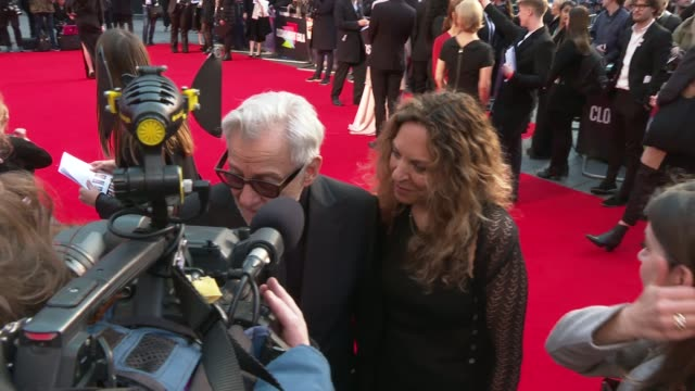 'the irishman' premiere england london leicester square odeon ext robert de niro on red carpet / harvey keitel and dapna kastner on red carpet /... - premiere stock-videos und b-roll-filmmaterial