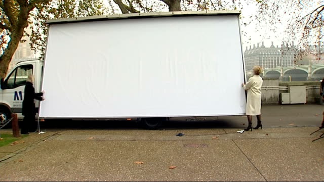 vídeos de stock, filmes e b-roll de 'the iron lady' meryl streep unveils film poster in london england london ext meryl streep trying to unveil 'the iron lady' film poster but chord... - chord