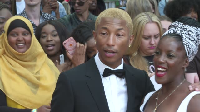 vídeos de stock e filmes b-roll de 'the lion king' premiere / duke and duchess of sussex arrival england london leicester square ext pharrell williams chatting to labrinth / gvs... - meghan markle lion king