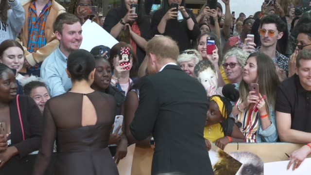 vídeos de stock e filmes b-roll de 'the lion king' premiere / duke and duchess of sussex arrival england london leicester square ext presenters on stage / prince harry duke of sussex... - meghan markle lion king