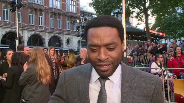 'the martian' premiere red carpet arrivals chiwetel ejiofor on red carpet / kate mara signing autographs / chiwetel ejiofor interview sot / kristen... - kate mara stock videos and b-roll footage