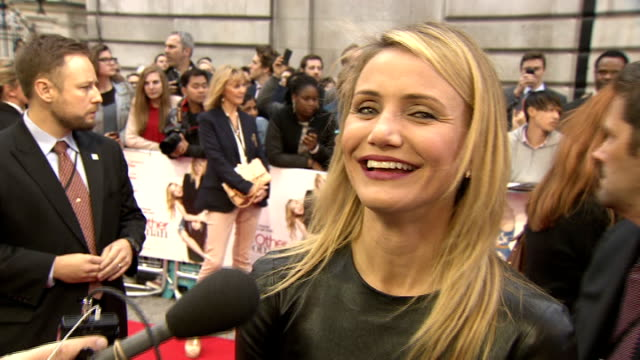 'the other woman' red carpet arrivals cameron diaz interview sot / diaz speaking to press / obscured shot of mann posing - cameron diaz stock videos & royalty-free footage