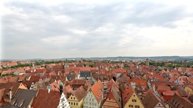 Film-Tilt: Antenne Fußgänger voll Rothenburg Ob der Tauber, Bavaria, Germany