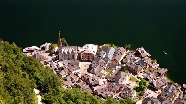 フルティルトの映画: ハルシュタット村と湖、オーストリアの空撮 - アッパーオーストリア点の映像素材/bロール