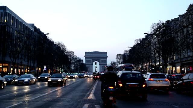 vidéos et rushes de hd inclinaison:  arc de triomphe, les champs-élysées, paris, france - arc élément architectural