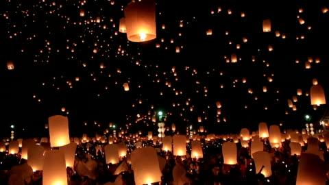 hd film tilt: flying lantern yeepeng loi kra tong festival in thailand - prestation bildbanksvideor och videomaterial från bakom kulisserna