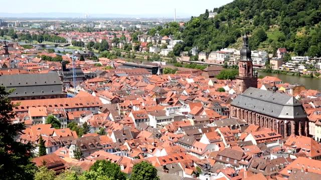 vídeos de stock e filmes b-roll de film tilt: heidelberg cityscape at summer, germany - hd format