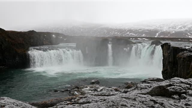 Film Tilt: IJsland Godafosss waterval in de winter met sneeuw