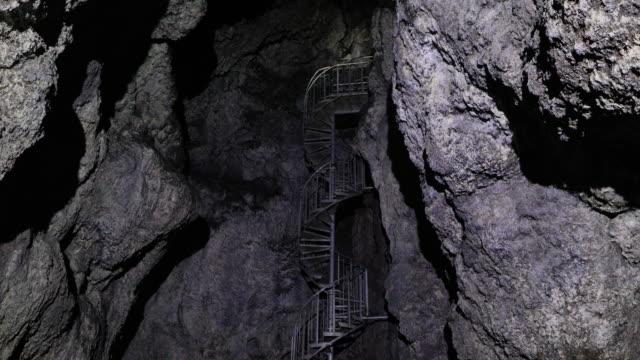 stockvideo's en b-roll-footage met film tilt van vatnshellir lava grot op snaefellsness schiereiland in ijsland - grot