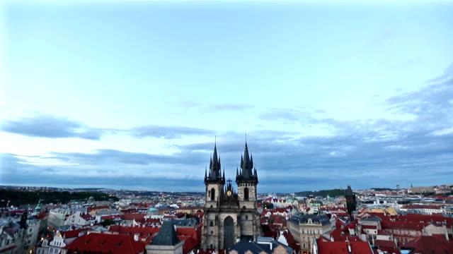 Neigung zu Filmen: Fußgänger drängten sich bei Sonnenuntergang Old Town Square Prag Tschechische Republik