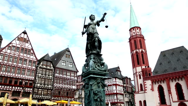 vídeos de stock e filmes b-roll de film tilt: pedestrian crowded at romerberg town square frankfurt germany - rathaus