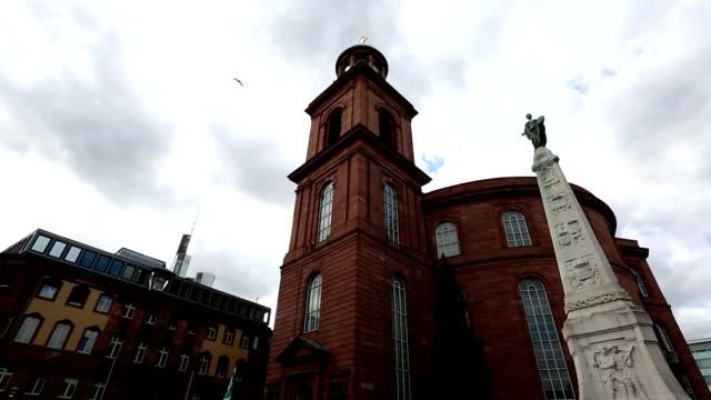 vídeos y material grabado en eventos de stock de inclinación de la película: peatonal concurrida en iglesia römerberg ciudad plaza frankfurt alemania san pablo - rathaus