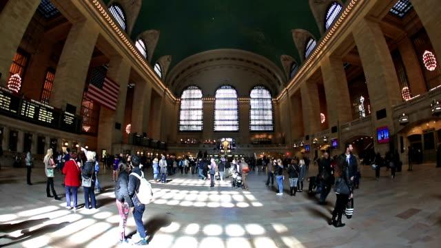 高解像度(hd )動画のチルト: 歩行者の群衆ニューヨークのグランドセントラル駅 - グランドセントラル駅点の映像素材/bロール