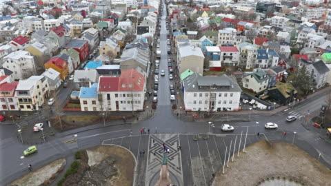vídeos de stock e filmes b-roll de film tilt: reykjavik cityscape from hallgrimskirkja cathedral reykjavik iceland - islândia