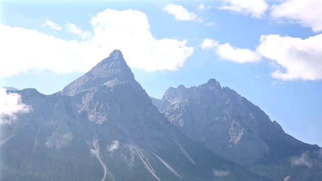 vídeos de stock, filmes e b-roll de inclinação de cinema: top de paisagem montanhosa zugspitze alpine alpes da alemanha - montanha zugspitze