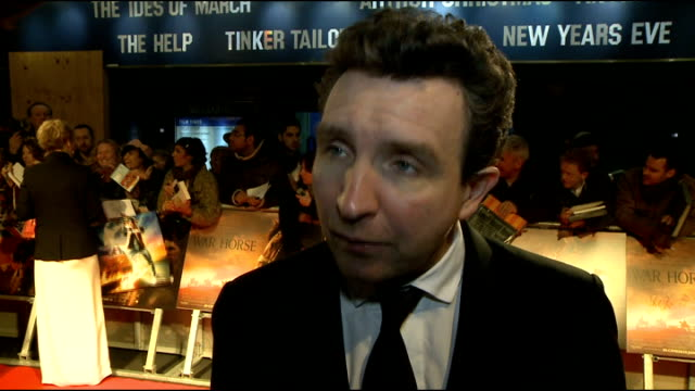 vídeos y material grabado en eventos de stock de 'war horse' premiere red carpet arrivals eddie marsan interview sot on working with spielberg / having a lot to do with the horses / on snow white... - enano