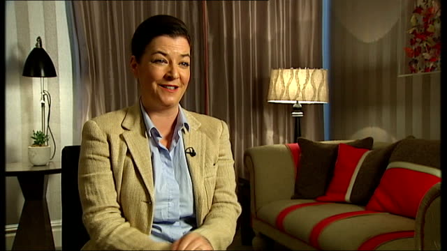 vidéos et rushes de 'we need to talk about kevin': lynne ramsay interview; lynne ramsay interview sot - on whether it's easier to make a film based on a book / lionel... - s'adapter